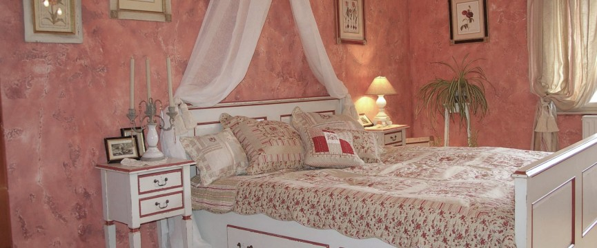 masivna lesena postelja, spalnica vintage