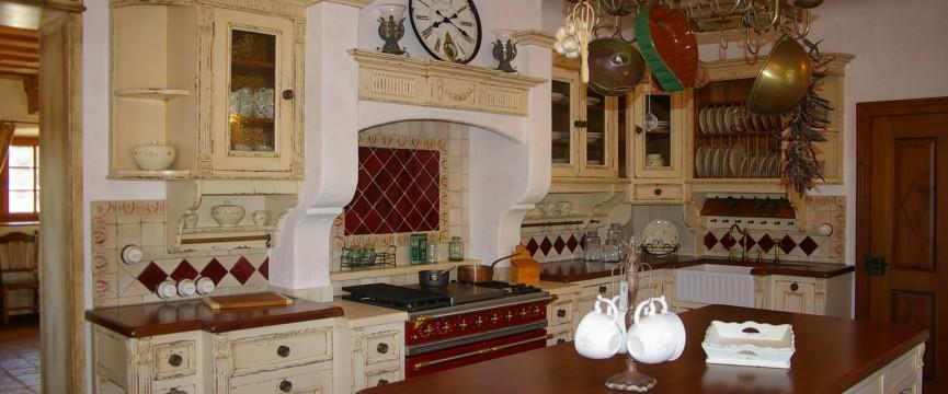 masivna kuhinja v francoskem stilu
