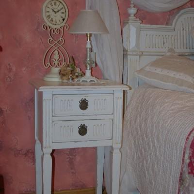masivna nočna omarica francoski stil
